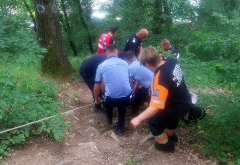 Un bărbat căruia i s-a făcut rău la o plimbare prin pădure a fost cărat 2 kilometri de jandarmi, poliţişti, medici şi salvamontişti