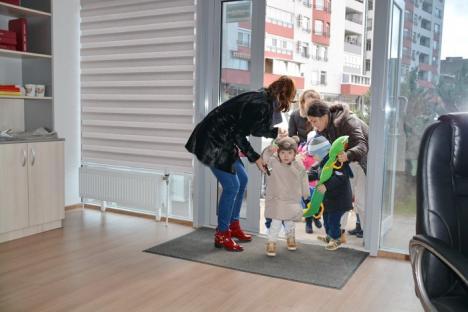 Mărţişoare de la mini-omuleţi: Picii de la Grădiniţa Winnie au împărţit mărţişoare vecinelor de cartier (FOTO / VIDEO)