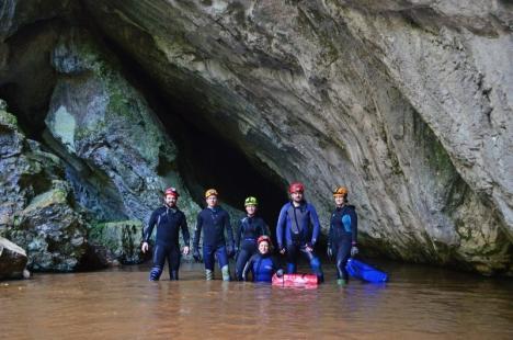 Ghid spre adâncuri: Nicoleta Gherghel, preşedinta clubului de speologie Cristal, îi invită pe orădeni să exploreze adâncimile pământului (FOTO)