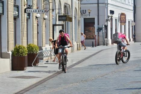 Oradea la pedală: Ambuteiajele provocate de maşinile numeroase şi de lucrări au dus la înmulţirea bicicliştilor (FOTO)