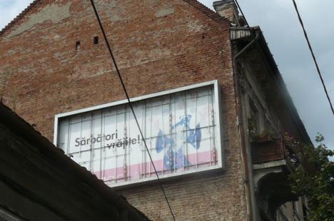 Primăria demolează reclamele de pe clădirile părăginite