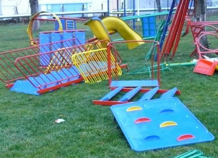 Primăria a început să monteze aparatele de joacă în parcuri (FOTO)