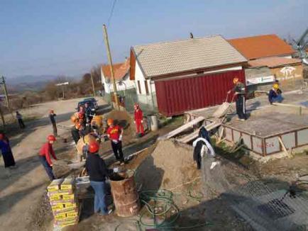 O familie va primi o locuinţă de Paşti, datorită muncii a 40 de voluntari din Beiuş