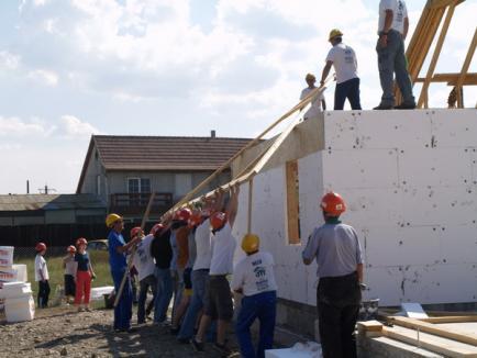 Americanii construiesc o casă pentru o familie nevoiaşă din Beiuş
