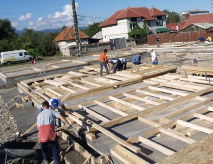 150 de voluntari vor construi 12 locuinţe sociale în doar 5 zile, la Beiuş