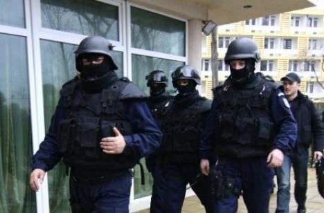 """Acţiune în forţă a poliţiştilor antifraudă: 25 de percheziţii şi cinci persoane reţinute pentru un """"tun"""" de 3 milioane de lei"""