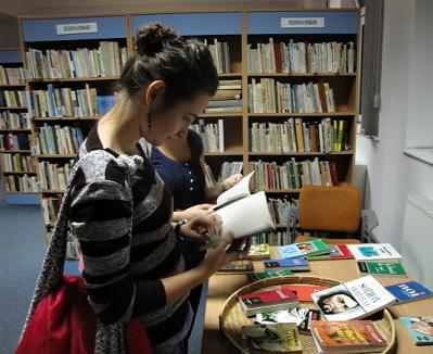 Sâmbătă noapte, orădenii şi-au dat întâlnire la bibliotecă (FOTO)