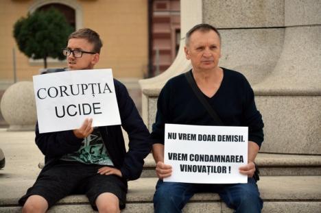 Protest cu lacrimi, în Piaţa Unirii din Oradea: 'Alexandra, tu nu ştii, dar aici se plânge pentru tine' (FOTO / VIDEO)