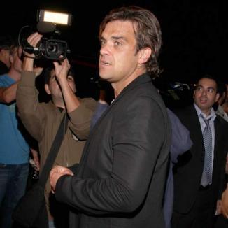 Robbie Williams plănuieşte să adopte doi copii din Haiti