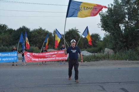 """""""Diaspora e România!"""": Zeci de orădeni i-au întâmpinat la Vama Borş pe românii care vin la mitingul anti-PSD (FOTO / VIDEO)"""