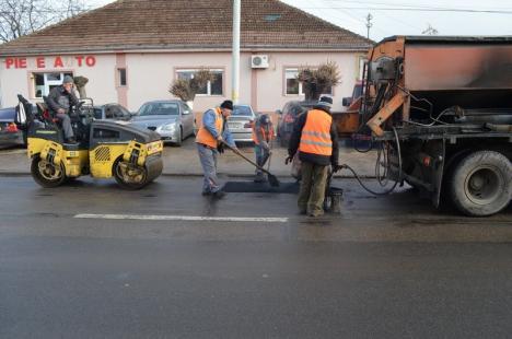 """S-au """"dezgheţat"""" gropile! Străzile din Oradea s-au umplut de gropi, spre revolta şoferilor, dar şi a pietonilor (FOTO)"""