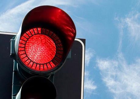Cum putem scăpa de amenzile de circulaţie (II). Aţi trecut cumva pe roşu?