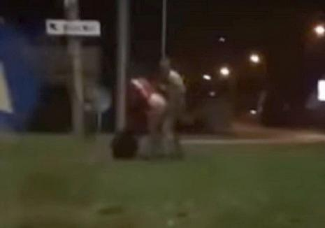 Tinerii filmaţi că au făcut sex în sensul giratoriu au fost identificaţi de poliţişti şi reţinuţi