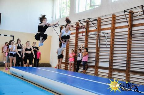 Mişcare şi bună dispoziţie: Tabără de gimnastică şi dans, organizată de Sunshine Dance la Şcoala Dacia din Oradea (FOTO / VIDEO)