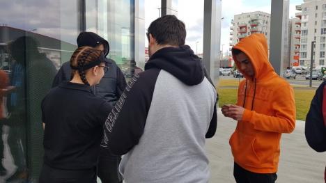 """#șîeu... NU: Angajaţii lui Ştefan Mandachi de la Oradea, împiedicaţi să protesteze în faţa propriului restaurant printr-un ordin al... """"doamnei de la Lotus"""" (FOTO/VIDEO)"""