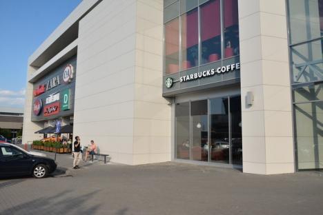 De joi, celebrul lanţ Starbucks are cafenea cu terasă în Oradea (FOTO)