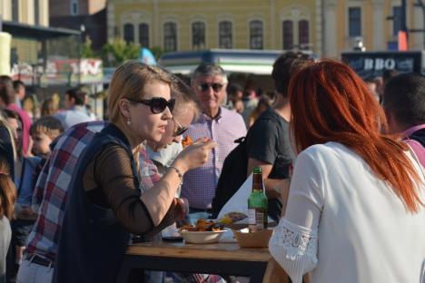 'Nu e festival de mici cu bere'. Street Food se desfăşoară cu Piaţa Unirii plină ochi, deşi unii orădeni reclamă preţurile prea mari