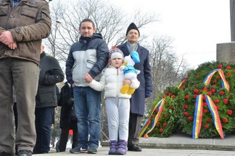 Oradea a sărbătorit Mica Unire. Eleve îmbrăcate în costume populare i-au luat pe orădeni la horă (FOTO/VIDEO)