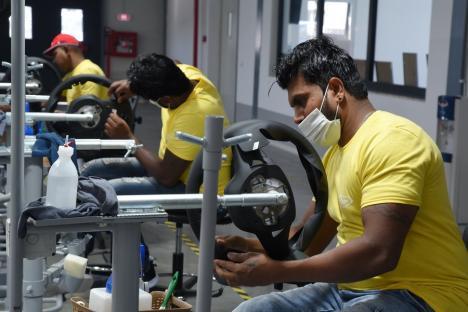 Sri-lankezii concediaţi la Focşani, prima zi de lucru în Oradea: Compania Valtryp a arătat ce condiţii de muncă şi cazare le asigură (FOTO)