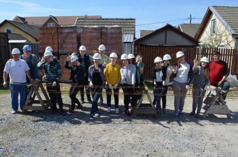 Bilanţ Habitat în 2017: Peste 200 de elevi au construit 5 case pentru familii nevoiaşe