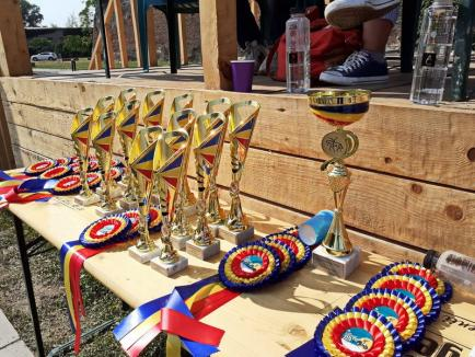 Show unic în Cetatea Oradea: Zeci de fetiţe talentate din trei judeţe au făcut acrobaţii pe cai (FOTO / VIDEO)