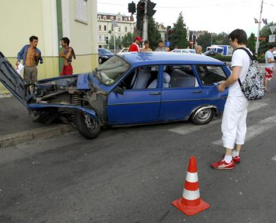 Trei maşini lovite, două persoane accidentate, niciun vinovat (FOTO)