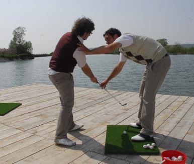 Bihorenii pot lua lecţii gratuite de golf la Ineu
