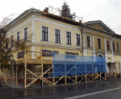 Firma care execută lucrările la clădirea din Piaţa Unirii a fost amendată, dar continuă reabilitarea