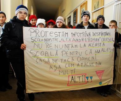Elevii de la Alexandru Roman au protestat pentru că nu vor comasare (FOTO)