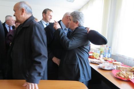 Coadă la pupici: Invitaţii noului director executiv al APIA, PSD-istul Florian Pavel, au stat la coadă să-l felicite (FOTO)