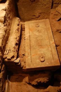 Descoperire în Cetate: A fost dezgropată piatra funerară veche de 600 de ani a unui orădean pe nume Conrad (FOTO)