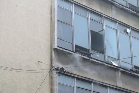 Alertă de incendiu la Oradinum! Strada Alecsandri a fost închisă pentru intervenţia pompierilor (FOTO / VIDEO)