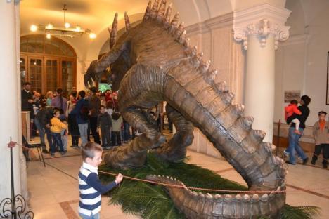 """Uimiţi de balaurul """"dinozaur"""": Peste 4.000 de vizitatori la Noaptea Muzeelor (FOTO)"""