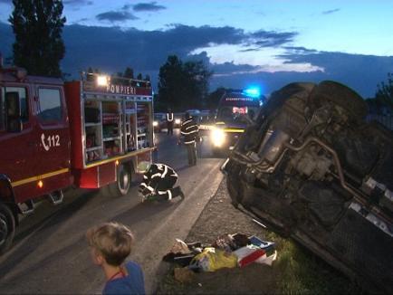 Patru răniţi, între care un copil, într-un accident pe centură: Un VW Tiguan s-a dat peste cap (FOTO)