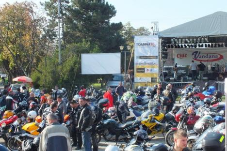 """Zeci de motociclişti au făcut un """"raliu"""" zgomotos prin oraş (FOTO)"""