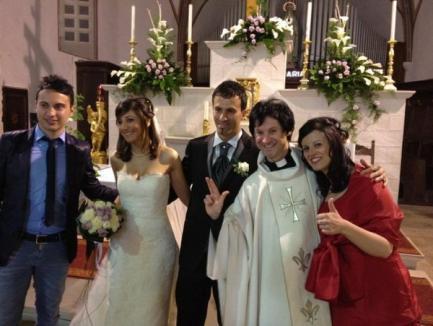 Un român devine celebru în Italia: Ziua e preot, iar noaptea Elvis (FOTO)