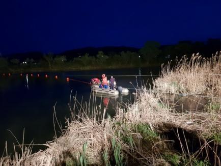 Angajaţii ABA Crişuri intervin pe râul Mureş, pentru a combate poluarea cu ulei de la Termocentrala Iernut (FOTO)