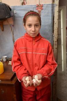 Abatorul copilăriei: O familie cu cinci copii trăieşte de şapte ani într-o locuinţă improvizată în ruinele fostului abator de la marginea comunei Tinca (FOTO)