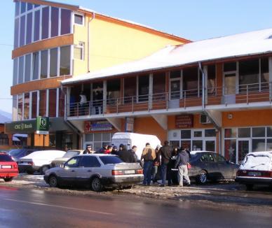 Bătut de cinci indivizi mascaţi în faţa unui magazin