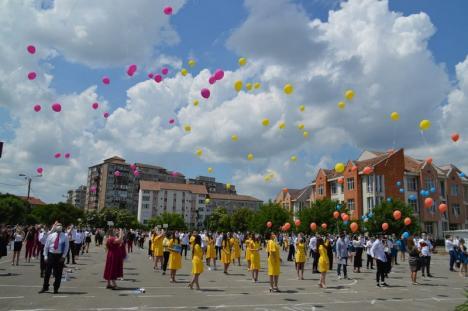Absolvire... pe stadion: Elevii de la Colegiul 'Avram Iancu' din Ştei au sărbătorit în aer liber finalizarea studiilor (FOTO)