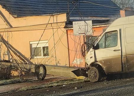 Accident cu 3 maşini în Sântion: Un stâlp de electricitate a fost doborât, traficul este blocat
