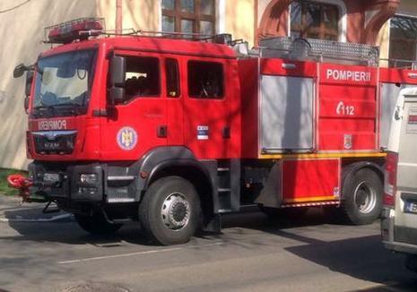 Accidente în lanţ pe strada Tudor Vladimirescu: Un pieton a fost lovit pe trecere, iar o şoferiţă s-a oprit cu maşina într-o conductă de gaz (FOTO)