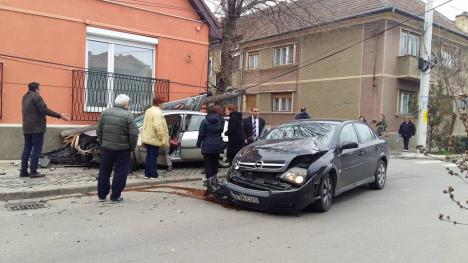 Accident pe Călăraşilor: şoferul unui Opel a intrat în intersecţie fără să se asigure şi a izbit o altă maşină, proiectând-o într-un stâlp