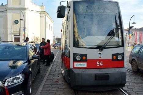 BMW versus tramvai: O şoferiţă neatentă a blocat circulaţia tramvaielor în centrul Oradiei (FOTO)