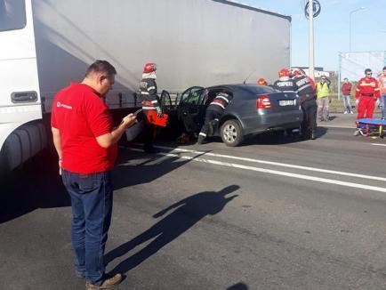 Accident pe Borşului: O maşină a intrat sub un TIR, traficul este blocat pe un sens (FOTO)