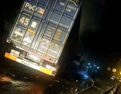 Accident îngrozitor pe DN 1: Un BMW a luat foc, după ce s-a lovit cu un TIR. Trei persoane au murit carbonizate (VIDEO)
