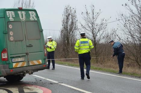 Accident între o dubiţă şi un microbuz, pe DN 79, la intersecţia cu Homorog: Opt persoane, duse la spital (FOTO)