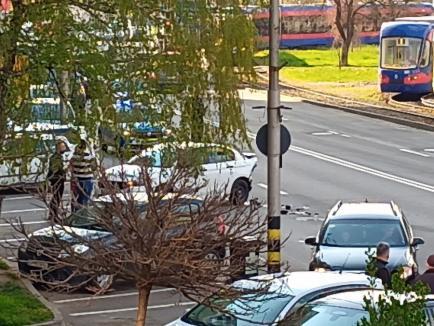 Accident în Oradea: Trei maşini implicate, dintre care un BMW și un Logan s-au lovit frontal, o persoană rănită (FOTO)