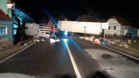 Carnagiu pe şosea: Trei morţi şi trei răniţi, pe DN 1, după ce un bihorean a urcat beat la volanul unui TIR şi a spulberat un microbuz (FOTO)