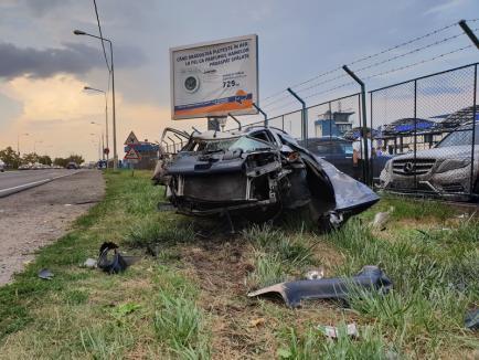 Accident lângă Aeroportul Oradea: Două persoane rănite, o maşină s-a făcut praf (FOTO/VIDEO)